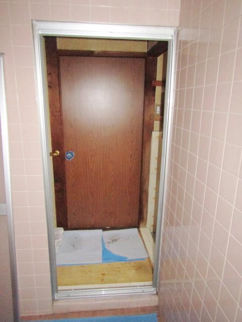一宮市 浴室中折れドア カバー工法 交換工事 施工中