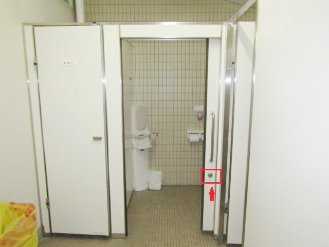 名古屋市中区 某施設トイレ ハンガー扉 錠交換 施工前